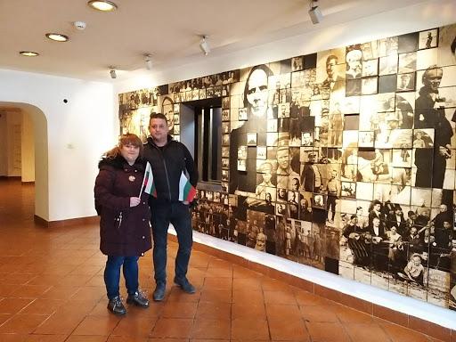 Млади семейства и чужденци в музеите на Банско на националния празник