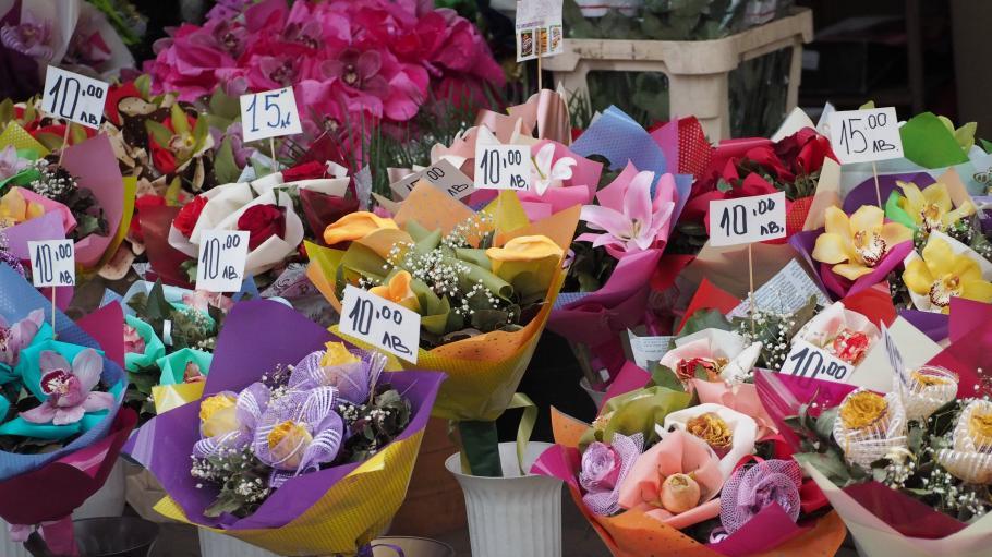 Цветето за празника скача двойно още от чужбина