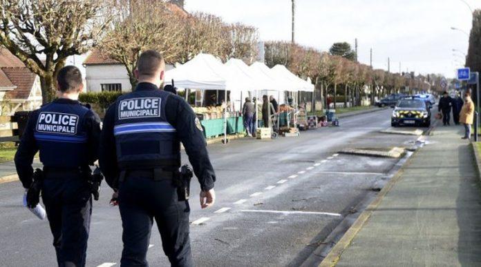 Въоръжен мъж взе бременна жена и пет деца за заложници във Франция