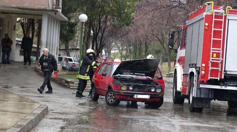 Кола се запали в движение пред болницата в Благоевград