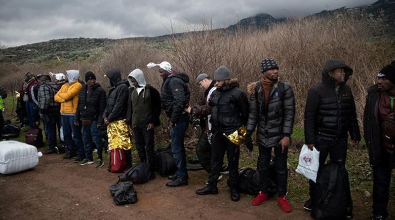 """Нови 2000 мигранти се """"изсипаха"""" на турско-гръцката граница (Снимки)"""