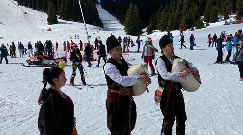 300 скиори развяха националния флаг от връх Снежанка