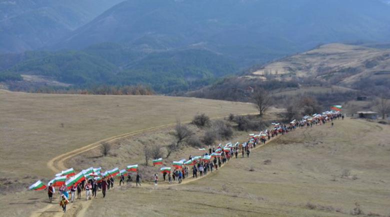 За Свободата! Стотици родолюбци изкачиха връх Кръста със знаме в ръка