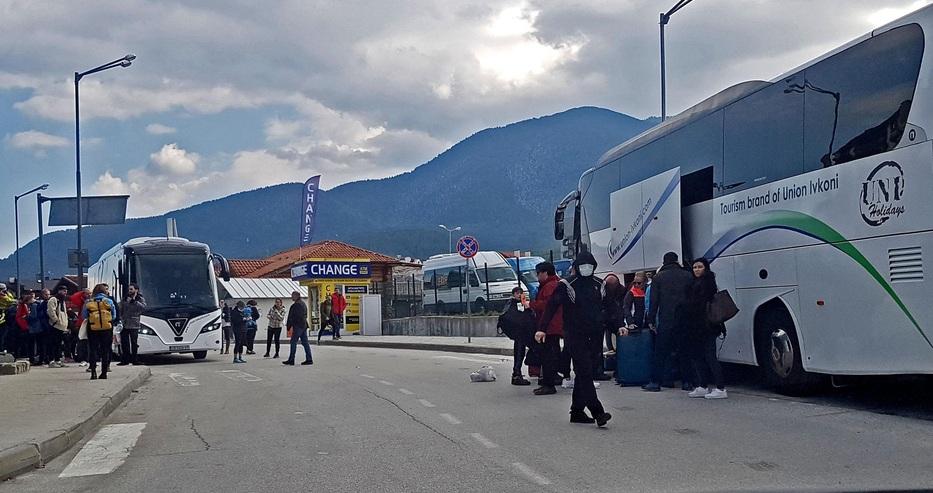 Три автобуса британски туристи пътуват от Банско към Летище София