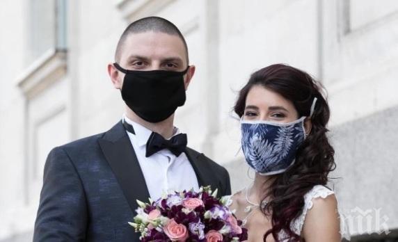 """Младоженци си казаха заветното """"Да"""" с предпазни маски"""