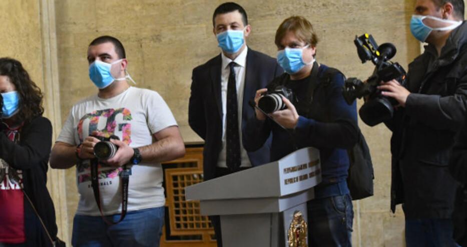 Журналистите с маски в Министерски съвет, мерят температурата им на входа