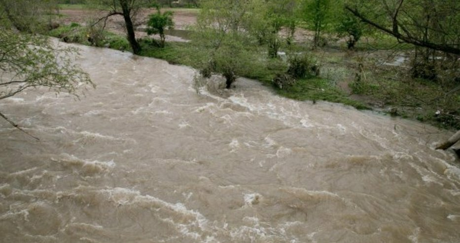 Река Струма е замърсена край Перник заради свличане на земни маси