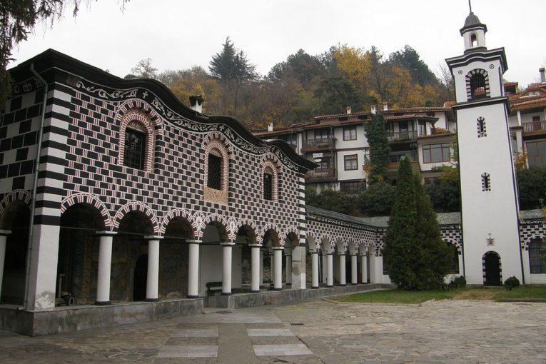 """Великденската служба в Благоевград на открито, заграждат с ленти коридор в кв. """"Вароша"""""""