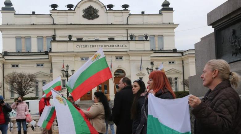 Бунт! Протест пред парламента заради дългата карантина