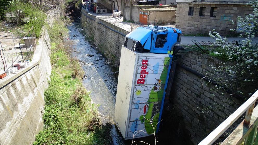 Товарен автомобил падна в река Бистрица