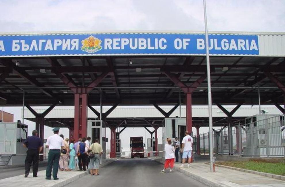 """Митничари спипаха 28 000 защитни маски на ГКПП """"Лесово"""""""