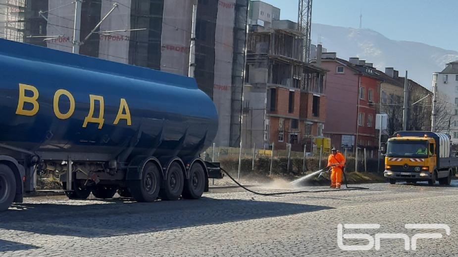 """Със 150 тона вода дневно """"Биострой"""" мие улиците на Благоевград"""