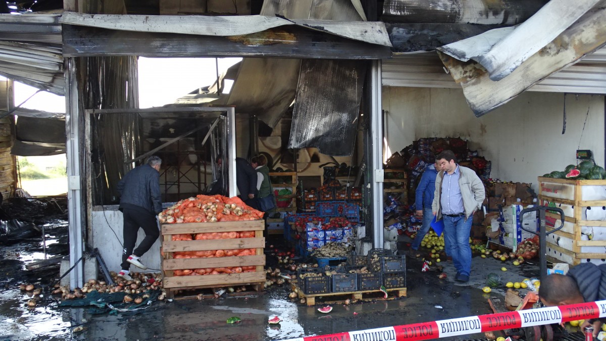 Горя частна зеленчукова борса в Петричко, двама души пострадаха