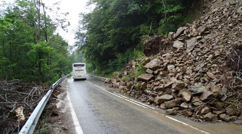 Поне още месец ще бъде затворен пътят за Рилския манастир