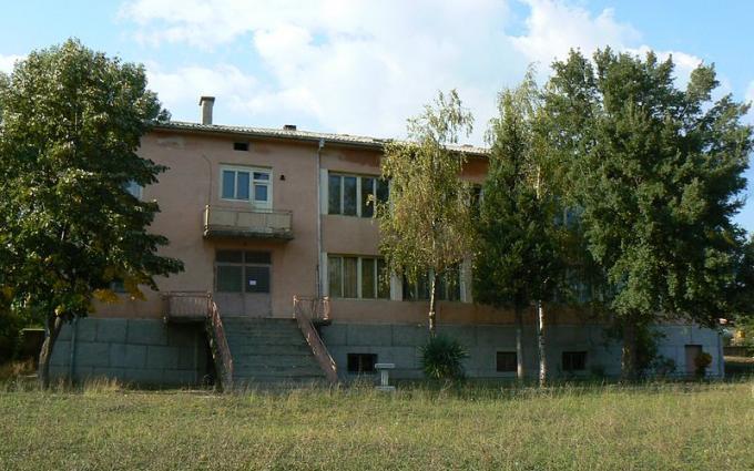 Дупничанка купи за 30 000 лв. училището в с. Старчево за старчески дом