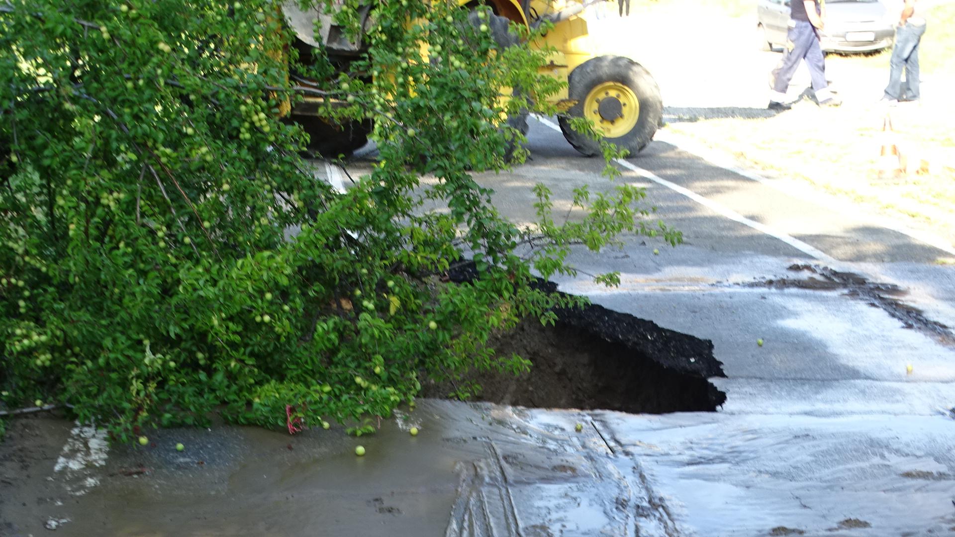 Пропадна пешеходната алея над Благоевград, дупката е 3 метра