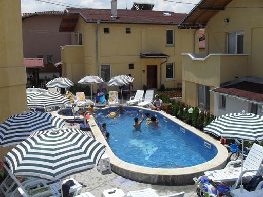 Бивш министър продаде лукс имота си с басейн в с. Баня