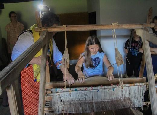Чужденци в Банско тъкат черги и килими