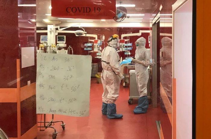 Здравният министър отиде на свиждане при болните от COVID-19 д-р Емил Вакльов и майка му