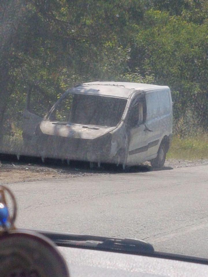 Лека кола пламна в движение на прохода Предела