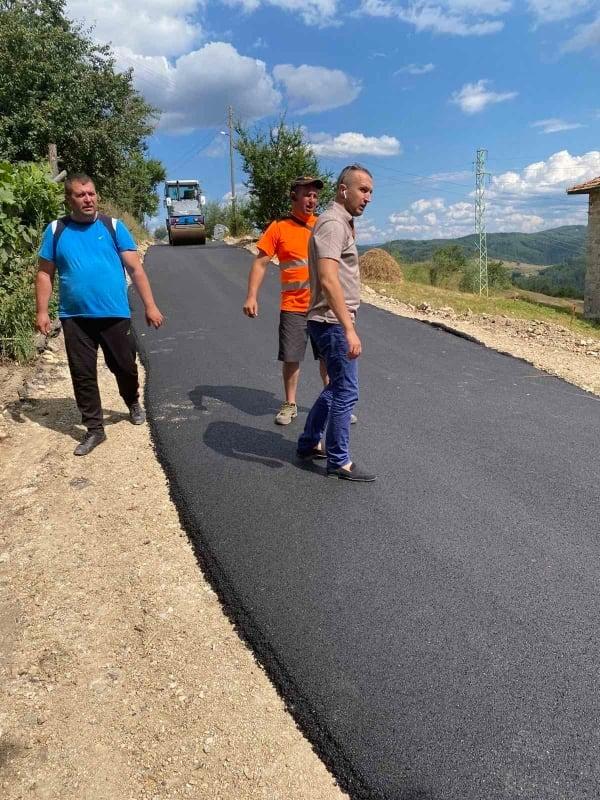 Кметът на община Белица инспектира асфалтирането на пътища в най-високото села на България и на Балканите