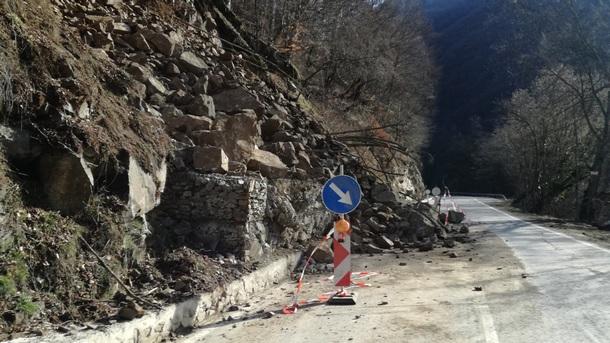 Спира се укрепването на срутището по пътя за Рилския манастир заради празника Голяма Богородица