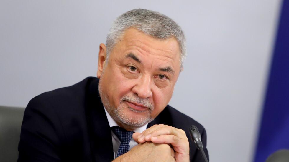 Валери Симеонов: Правителството остава, премиерът – също