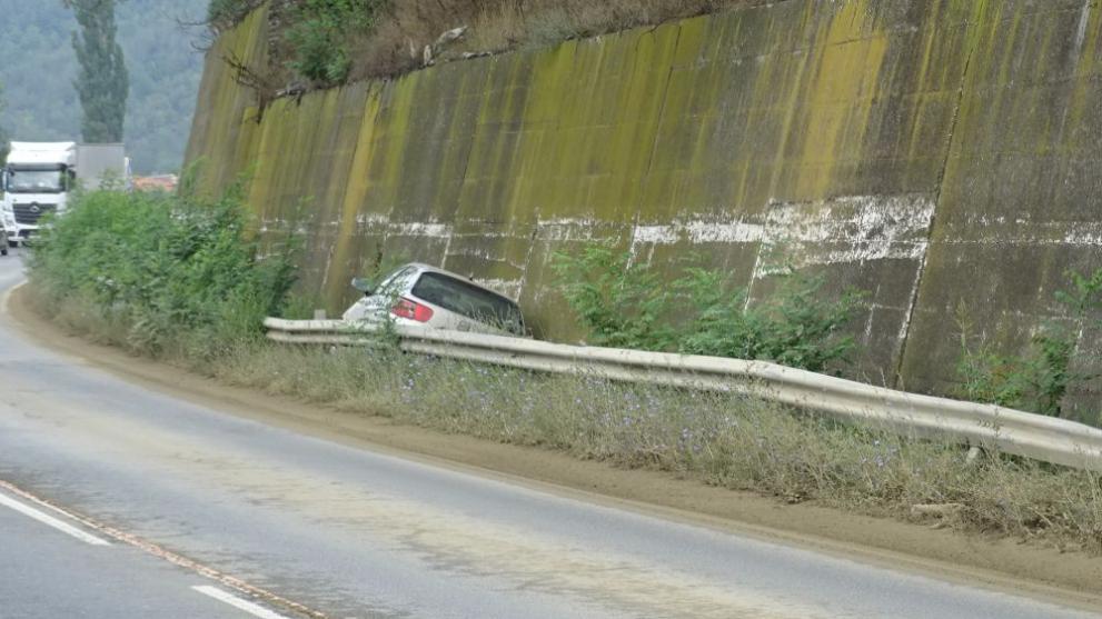 Лек автомобил излезе от Е-79 и се заклещи между мантинелата и подпорна стена