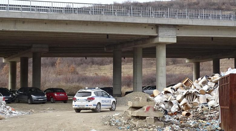 """Започва разчистването на отпадъците под моста на АМ """"Струма"""" край Дупница"""
