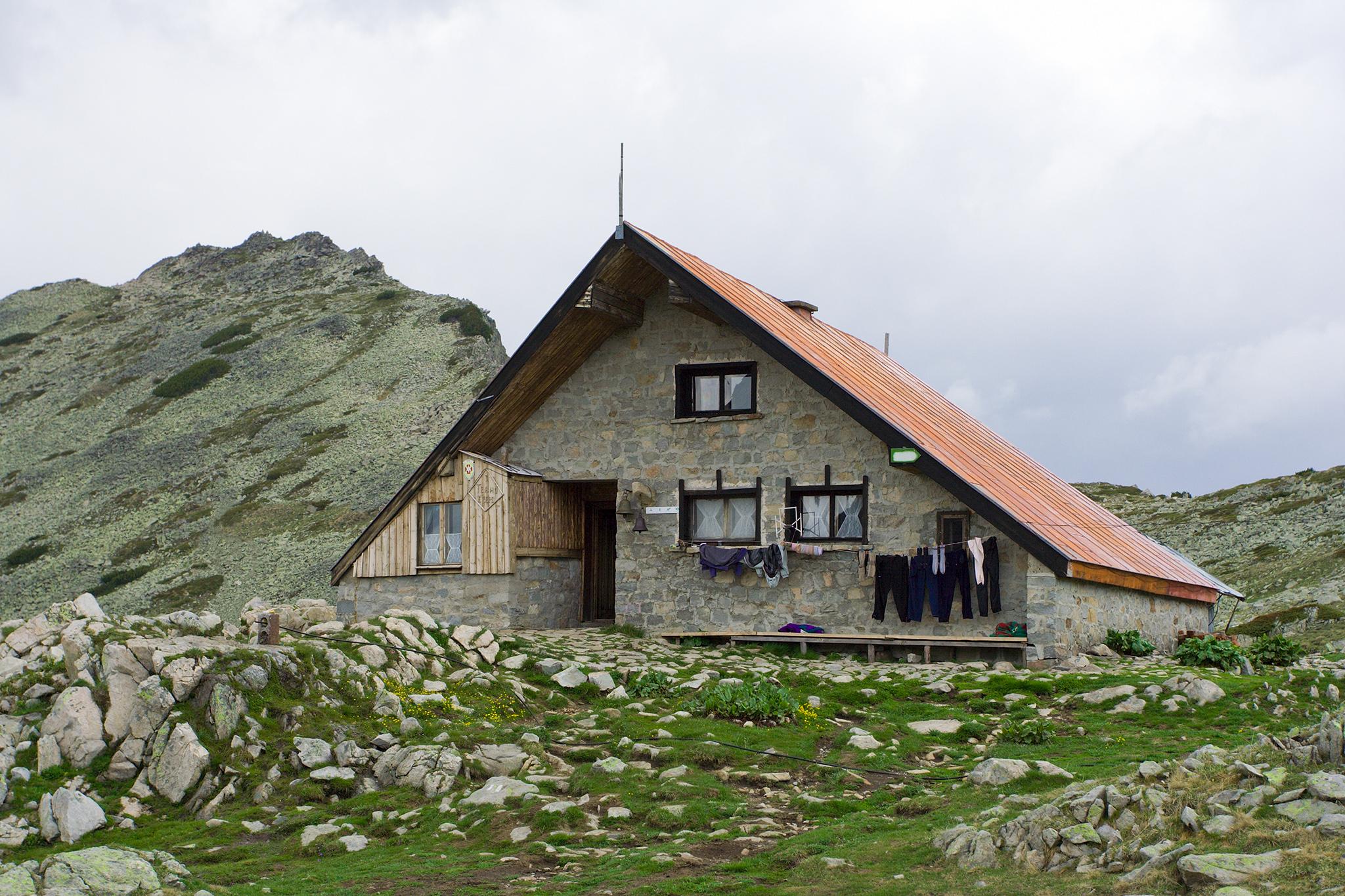 Жена и кучето й станаха жертва на агресия в заслон Тевно езеро в Пирин планина
