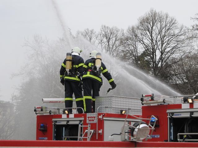 Жителите на Дебрен се обединиха и дариха пари на две семейства, загубили поминък в голям пожар