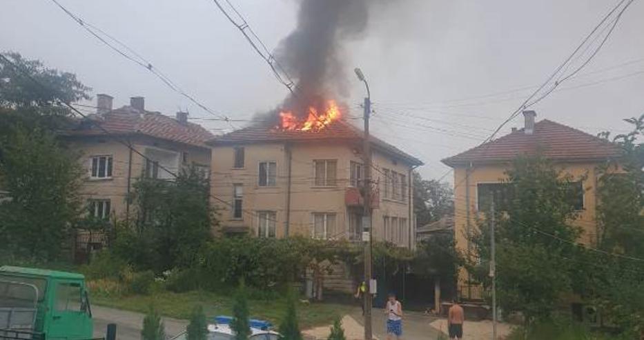 Мълния удари къща в Мездра