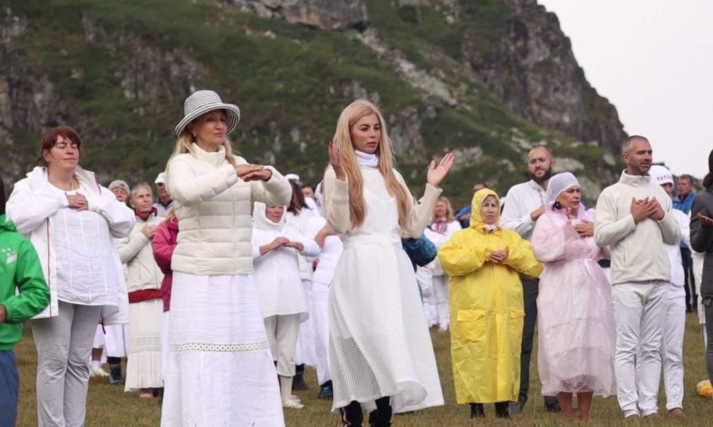 Шеф Манчев и Мегз се поклонихас Бялото братство на слънцето на Рила