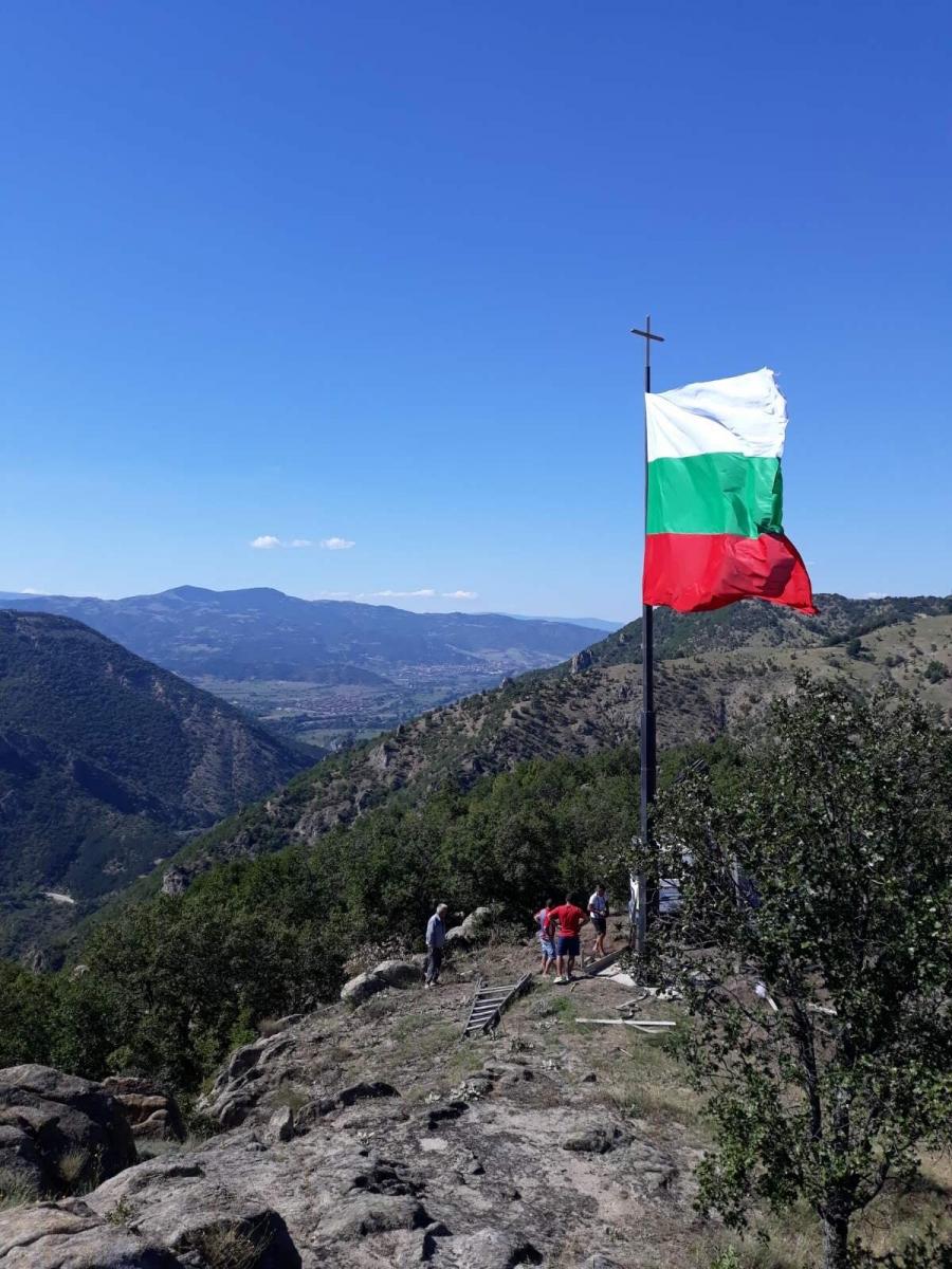 15-метров пилон с българския трибагреник бе поставен вчера в землището на с. Мечкул
