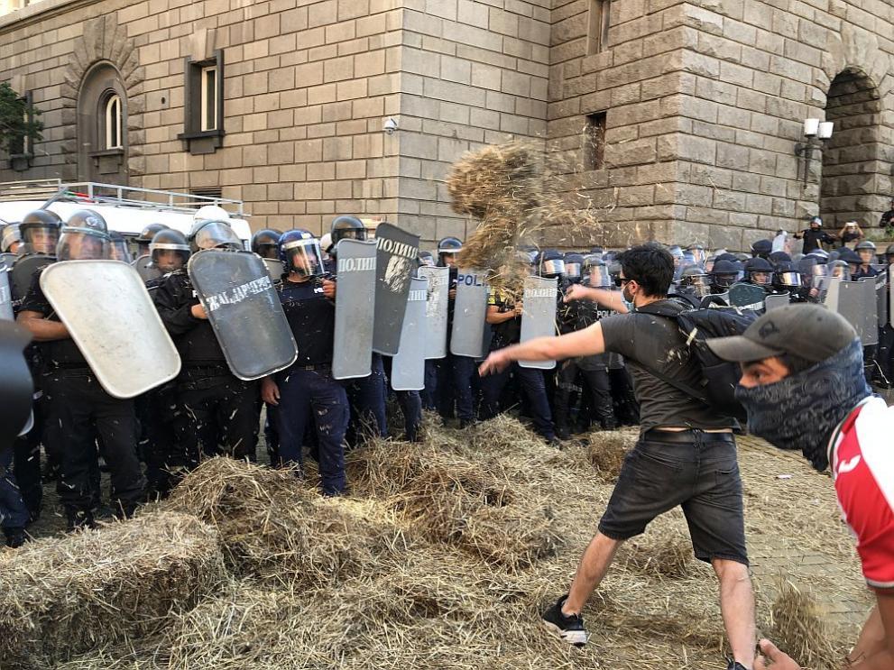 Протестиращи подпалиха бали сено на паветата