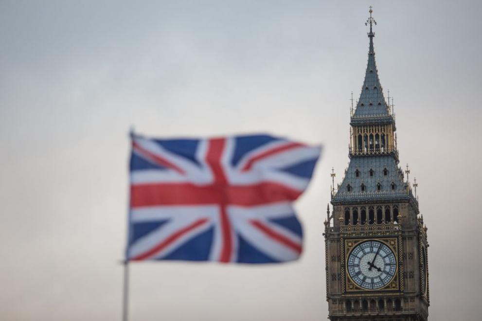 Отлагат вдигането на ограниченията във Великобритания