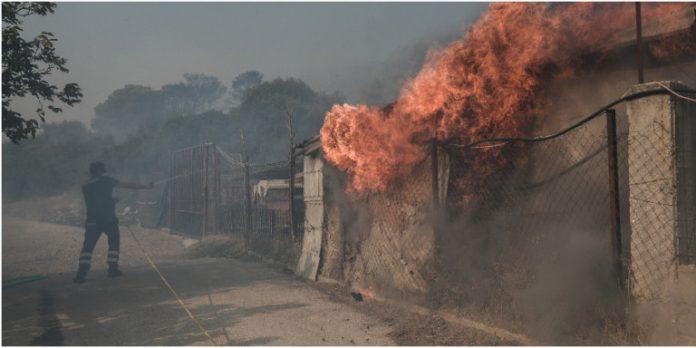 Пожар избухна в туристическото селище Анависос, в района на Атика