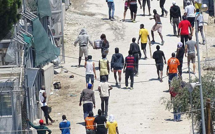 """Коронавирус """"подпали"""" бежански лагер в Гърция"""