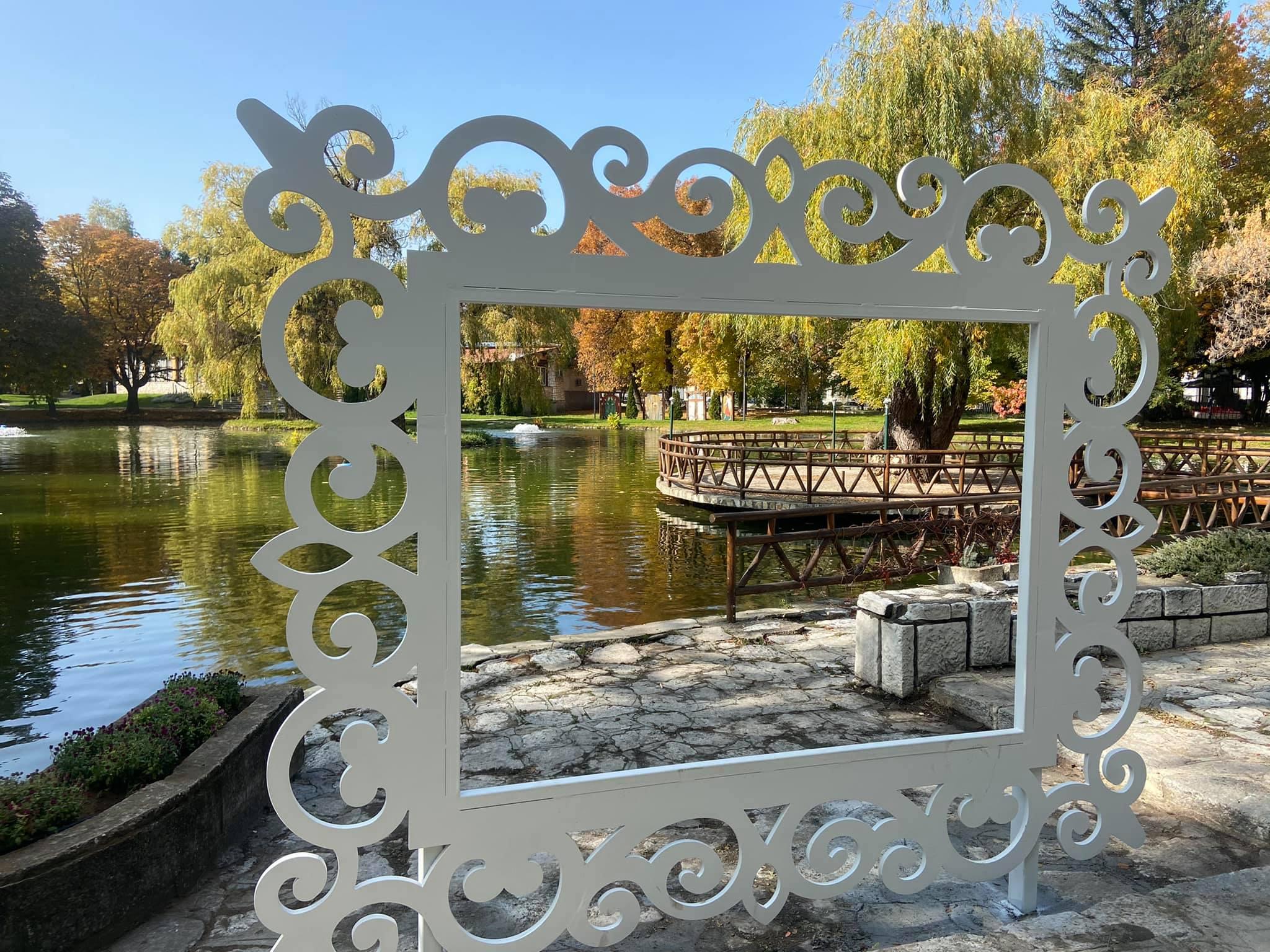 В парка на Разлог бе поставенa и рамка, където всеки може да се снима спомен