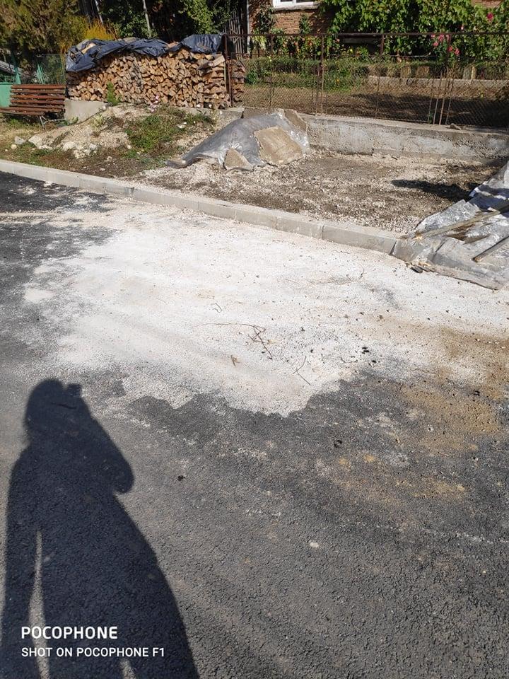 Вандалщина на прясно асфалтирана улица в Белица