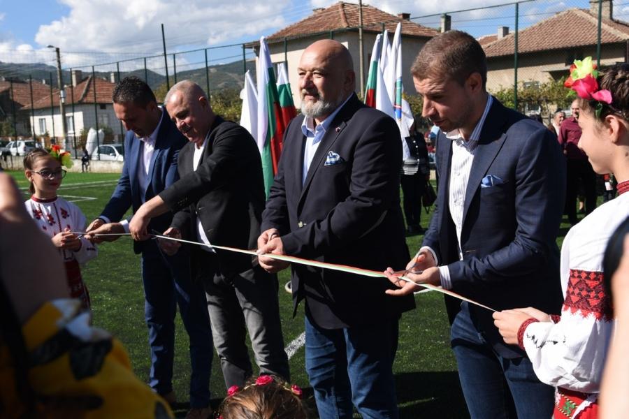 Прерязаха лентата на модерно футболно игрище в Черниче