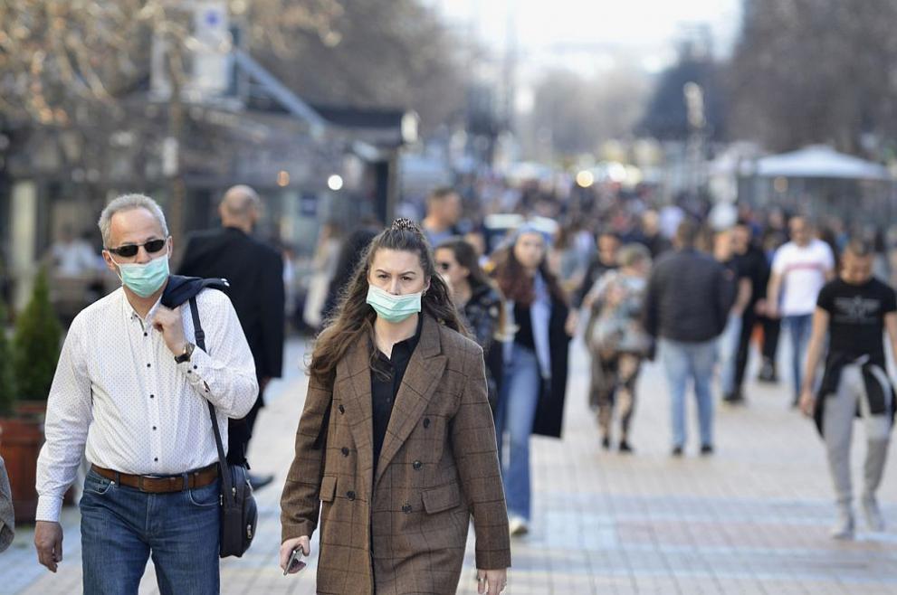 Обсъждат дали да върнат носенето на маски на открито