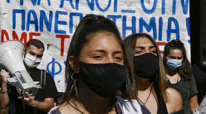 В Гърция сложиха маските!