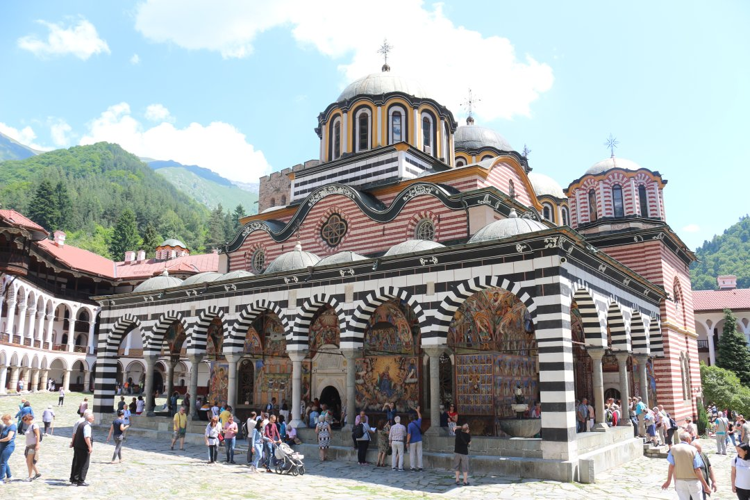 Отвориха допълнителен паркинг край Рилския манастир