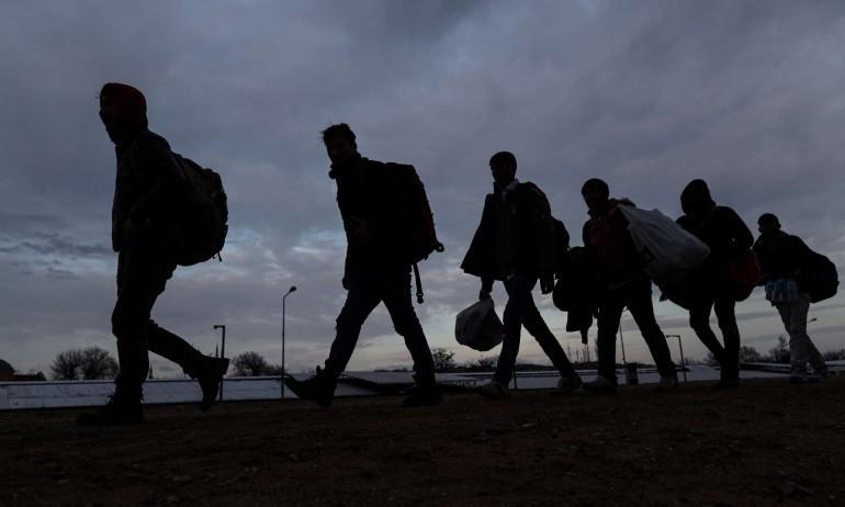 Гърция спира мигранти със звукови оръжия