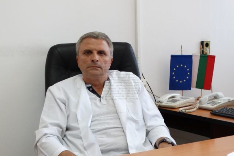"""Директорът на МБАЛ """"Рахила Ангелова"""" д-р А. Митов: Голяма част от новозаразените са млади хора, с пневмония и температура са"""