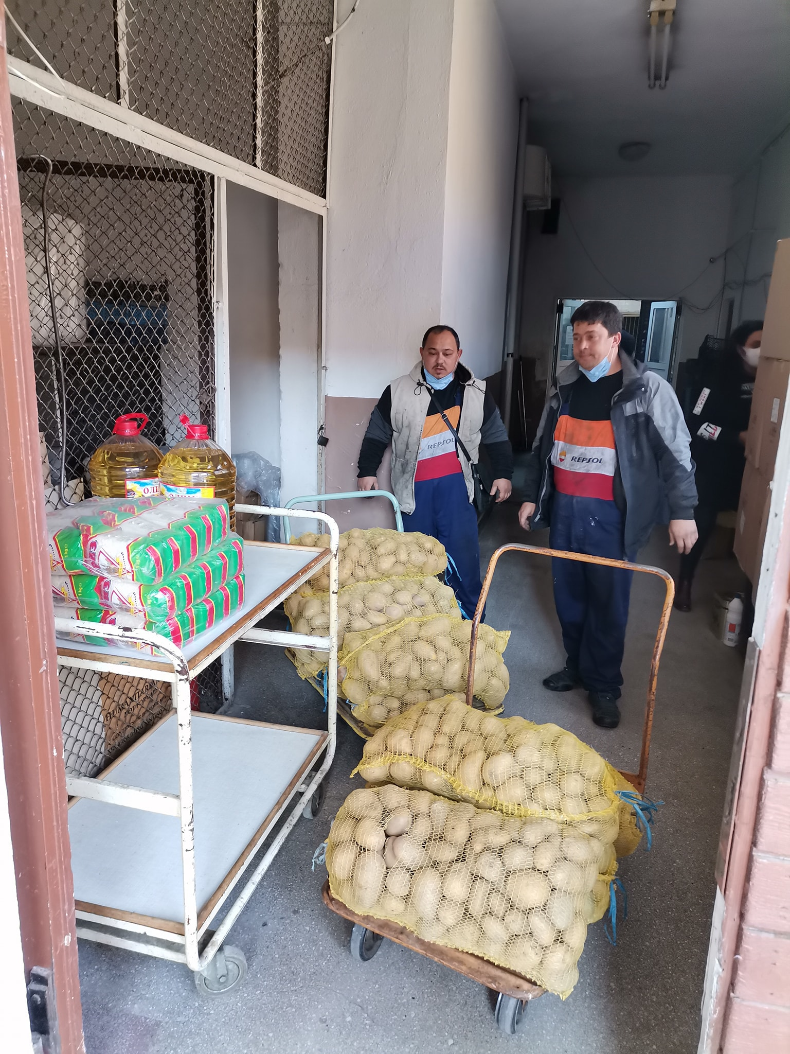 Млади социалисти дариха хранителни продукти на социални услуги в Гоце Делчев