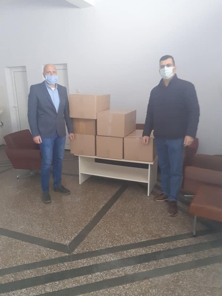 Евродепутатът Асим Адемов дари предпазни костюми и маски на болницата в Гоце Делчев