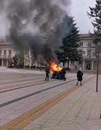 Мъж заля полицаи с бензин и опита да ги подпали