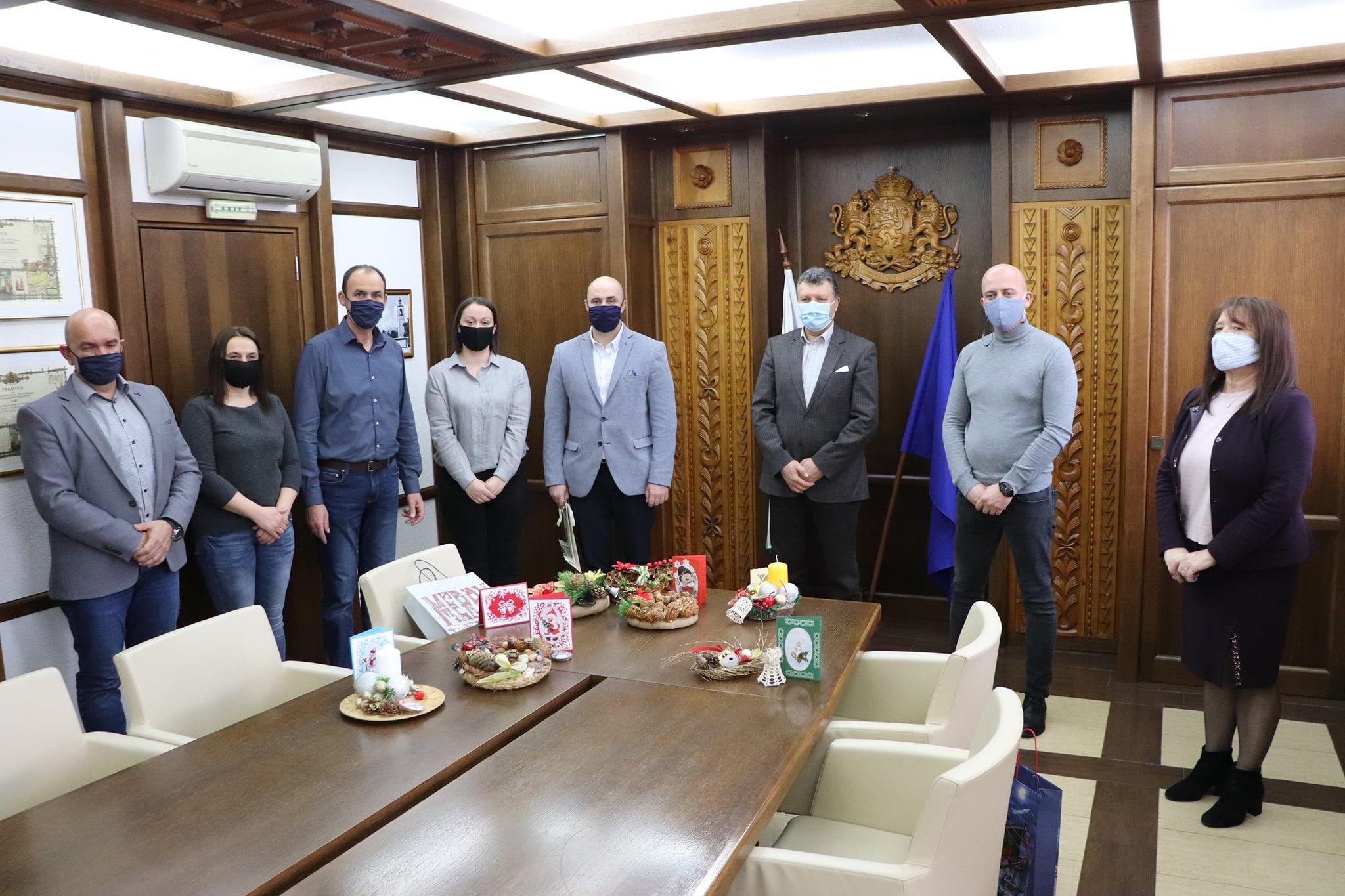 Мил жест на внимание по случай предстоящите празници направиха потребителите на Защитени жилища 1 и 2 в Банско